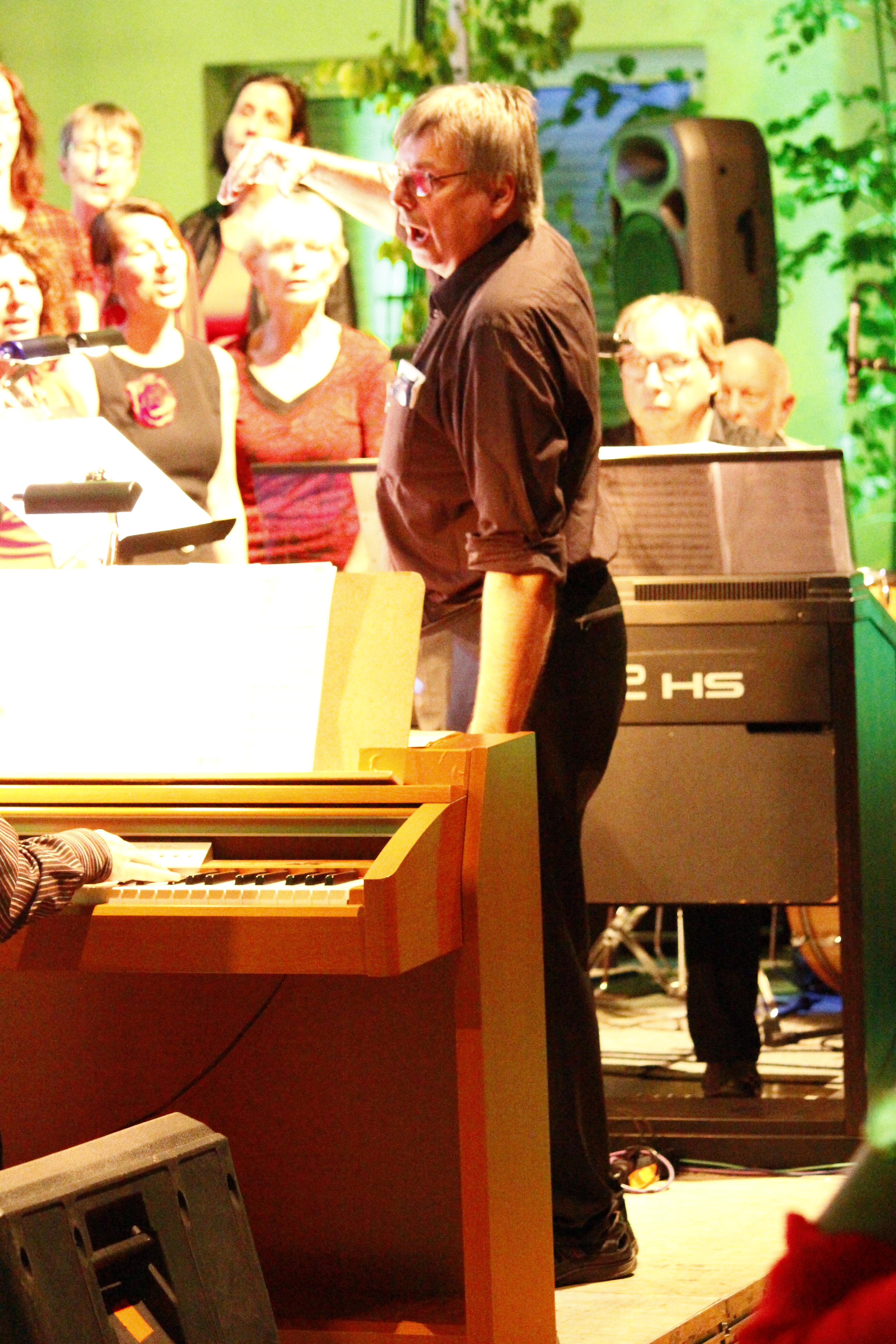 Dirigent Wolfgang Gaus gibt einen Einsatz