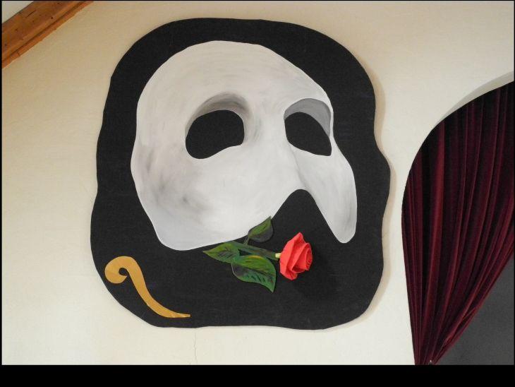 """Maske des """"Phantom der Oper"""", darunter eine rote Rose"""
