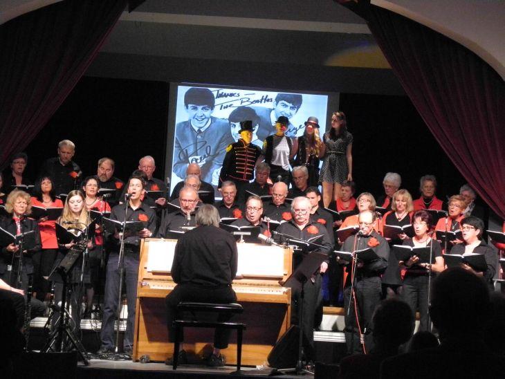 Chor, im Hintergrund ein Bild der Beatles