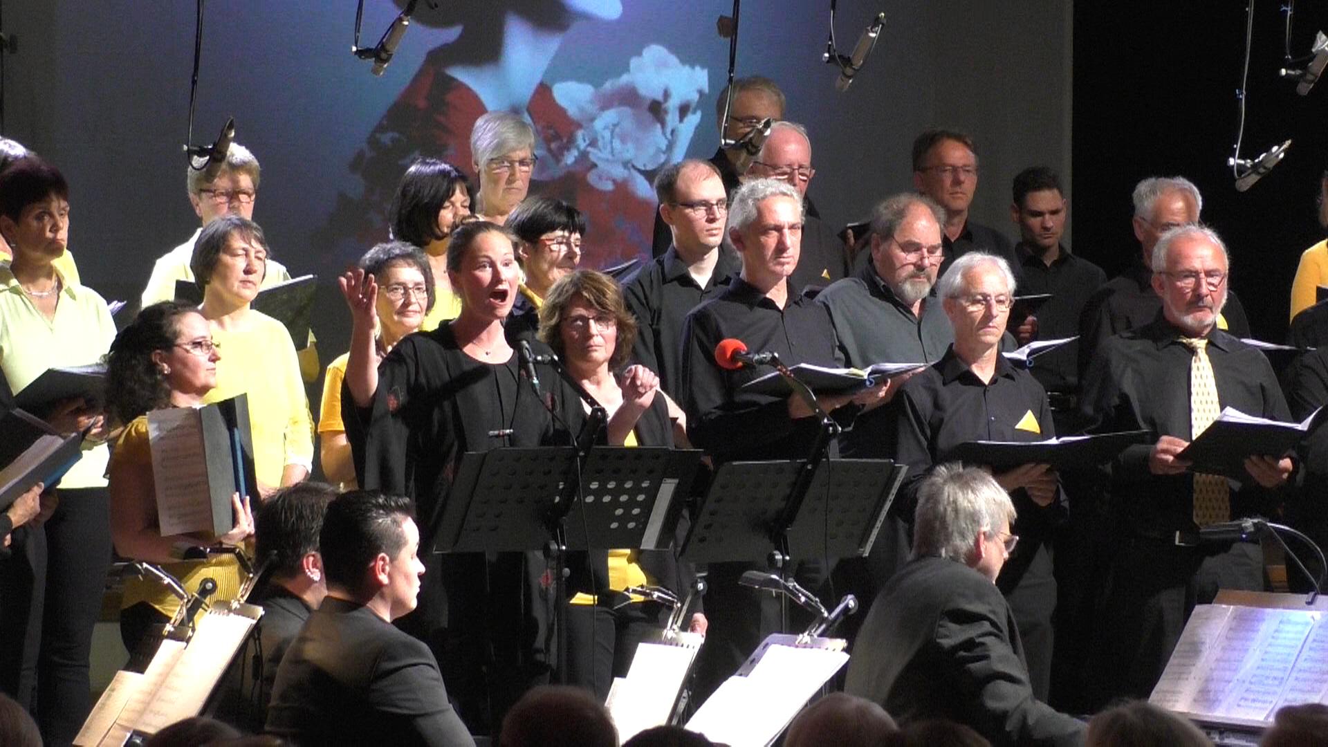 Solistin bei der Arie der Miss Butterfly, im Hintergrund Teile vom Sopran und der Männerstimmen